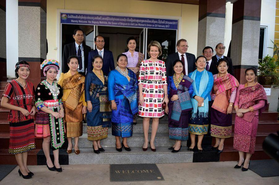 La reine Mathilde Mathilde de Belgique avec des membres de la Lao Women's Union à Vientiane, le 20 février 2017