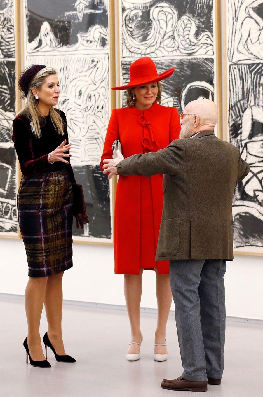 Les reines Maxima des Pays-Bas etMathilde de Belgique avec Pierre Alechinsky à Amstelveen, le 29 novembre 2016