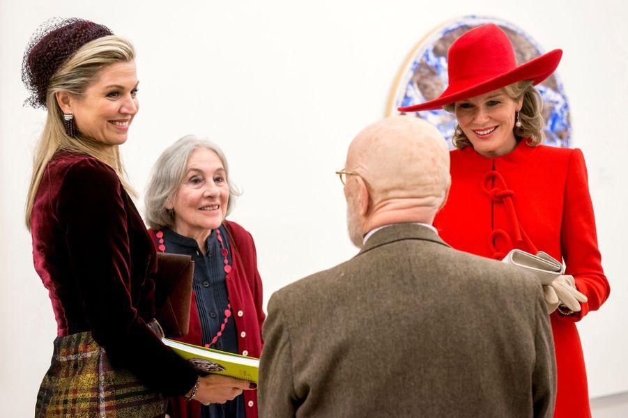 Les reines Maxima des Pays-Bas etMathilde de Belgique avec Pierre Alechinsky et sa femme à Amstelveen, le 29 novembre 2016