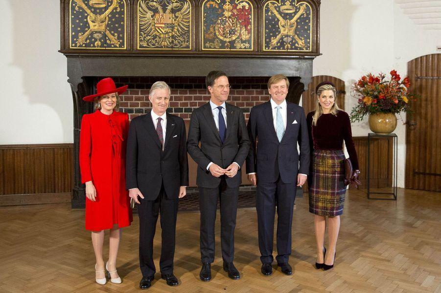 La reine Mathilde de Belgique et la reine Maxima avec leurs maris et le Premier ministre néerlandais à La Haye, le 29 novembre 2016