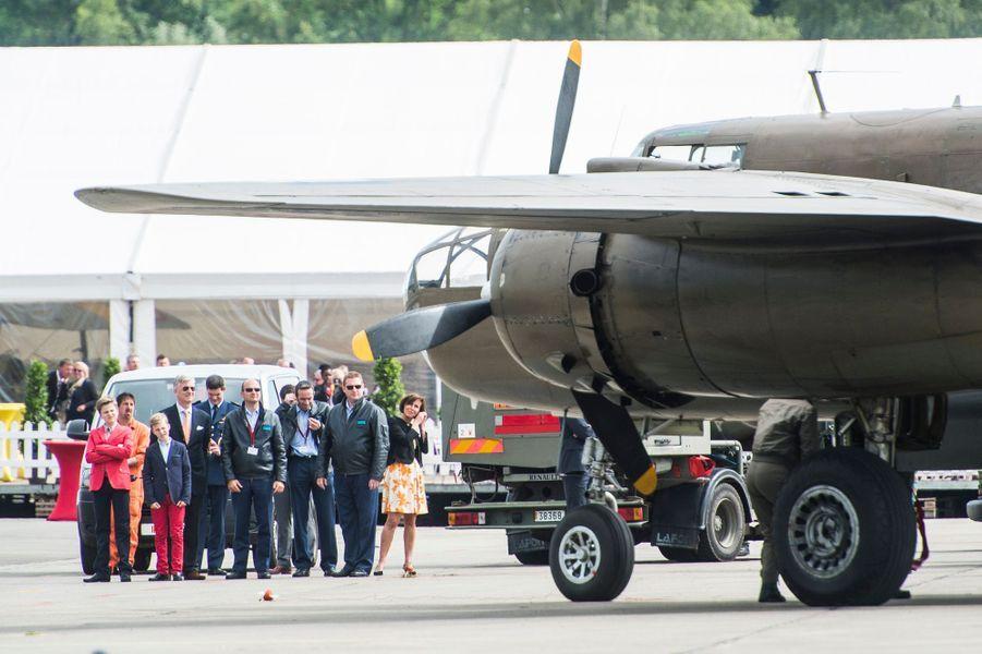 La roi Philippe de Belgique et ses fils les princes Gabriel et Emmanuel à Florennes, le 25 juin 2015