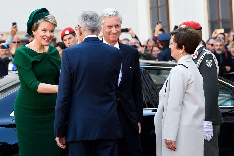 La reine Mathilde et le roi des Belges Philippe accueillis à Vienne par le couple présidentiel autrichien, le 1er octobre 2018