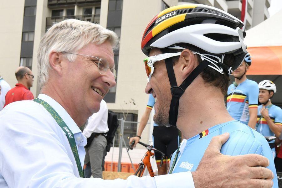 Le roi Philippe de Belgique avec le champion olympique Greg Van Avermaet aux JO de Rio, le 6 août 2016