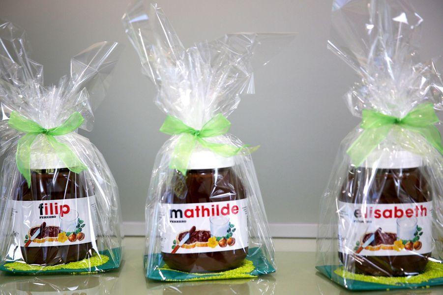 Les pots de pâte à tartiner personnalisés offerts à la reine Mathilde et au roi Philippe de Belgique à Temse, le 25 avril 2017