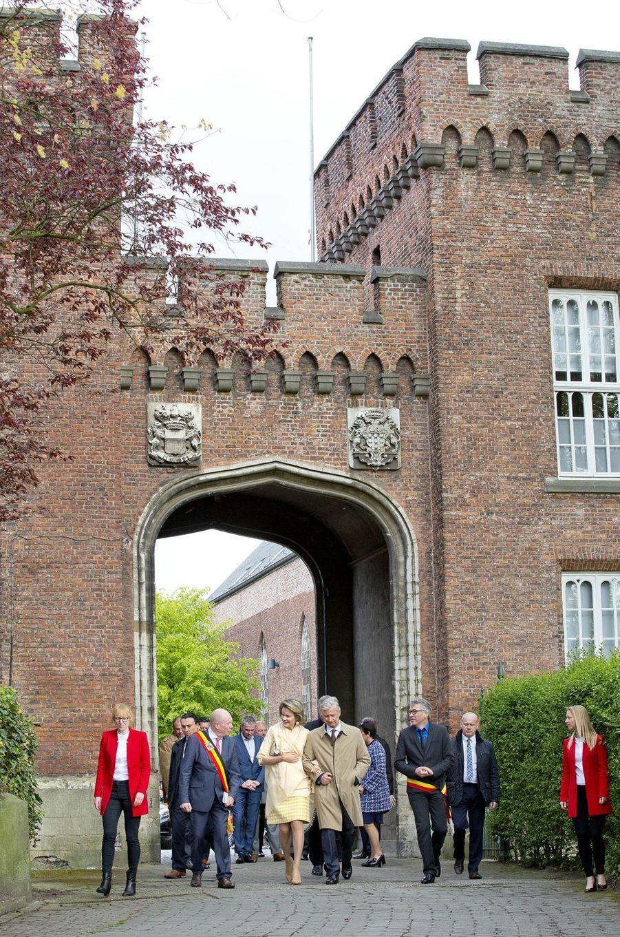 La reine Mathilde et le roi Philippe de Belgique à Bazel en Flandre Occidentale, le 25 avril 2017