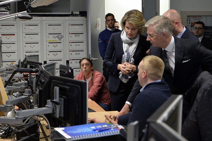 La reine Mathilde de Belgique au centre 112 de Louvain, le 25 mars 2016