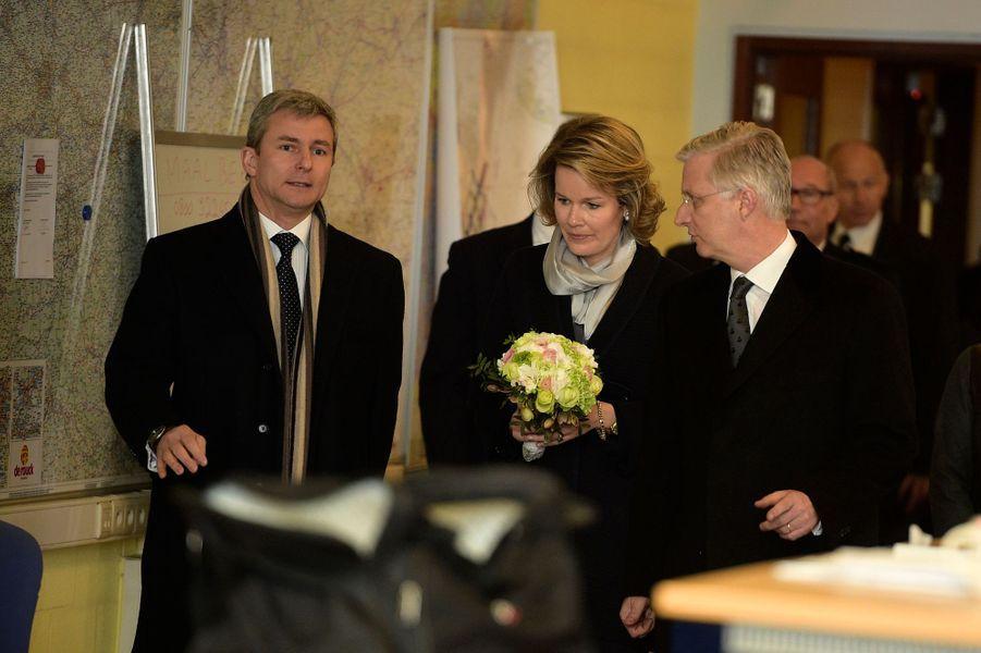 La reine Mathilde et le roi Philippe de Belgique au centre 112 de Bruxelles, le 25 mars 2016
