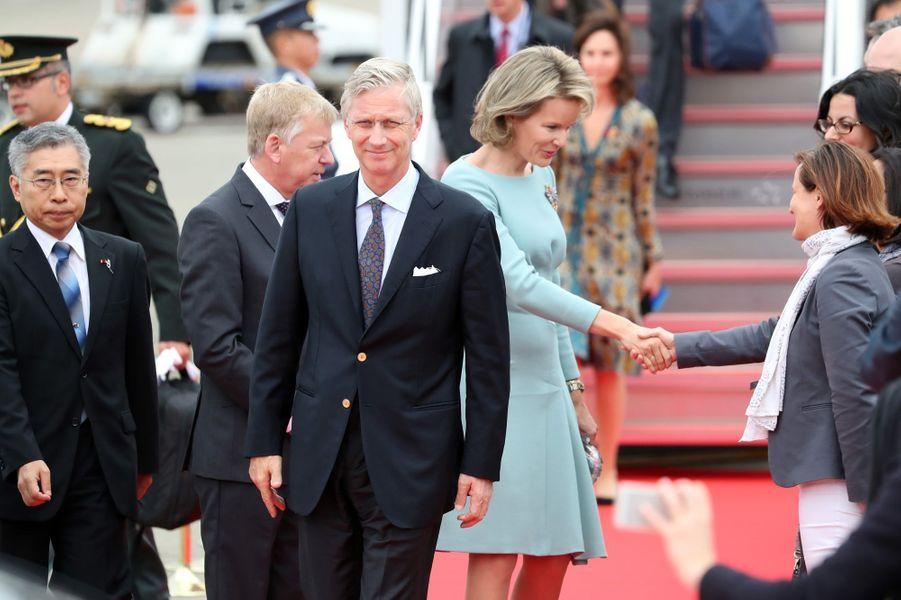 La reine Mathilde et le roi Philippe de Belgique accueillis à leur arrivée à Tokyo, le 10 octobre 2016