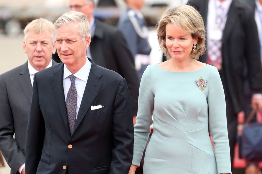 La reine Mathilde et le roi Philippe de Belgique à leur descente d'avion à Tokyo, le 10 octobre 2016
