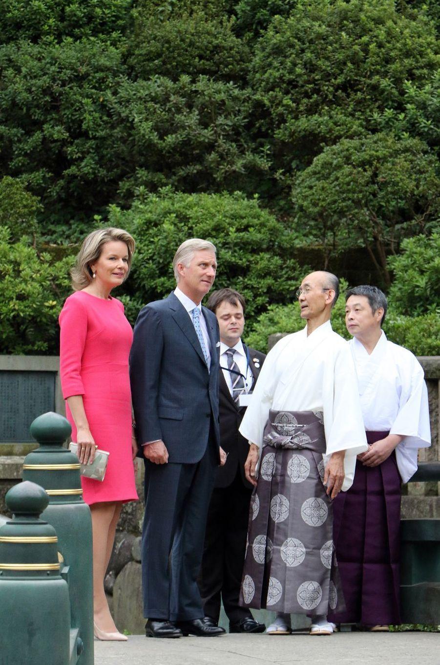 La reine Mathilde et le roi Philippe de Belgique visitent le sanctuaire shinto de Nezu à Tokyo, le 10 octobre 2016
