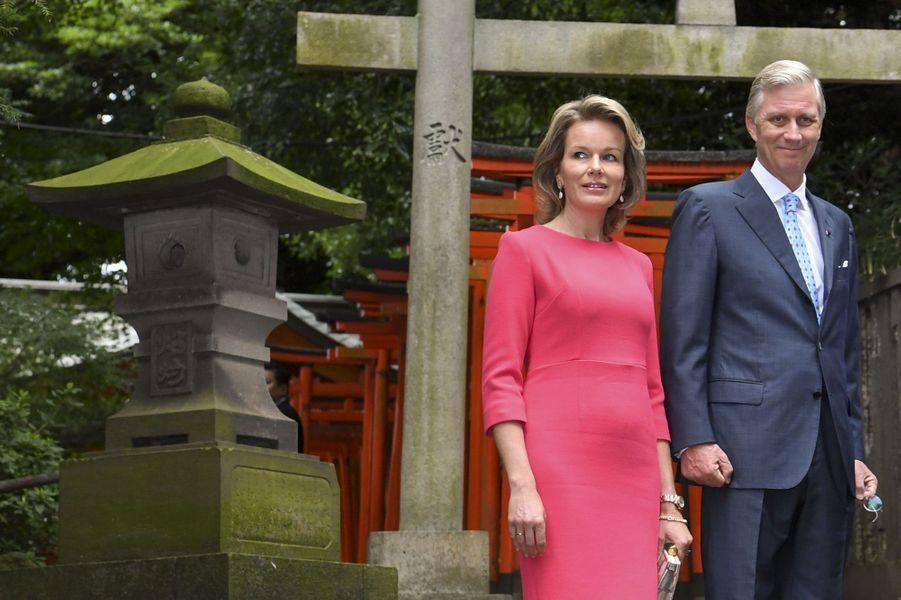 La reine Mathilde et le roi Philippe de Belgique au sanctuaire shinto de Nezu à Tokyo, le 10 octobre 2016