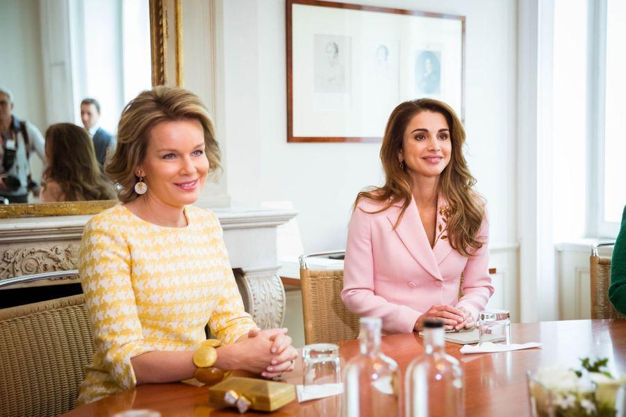 La reine Mathilde de Belgique et la reine Rania de Jordanie à Bruxelles, le 18 mai 2016