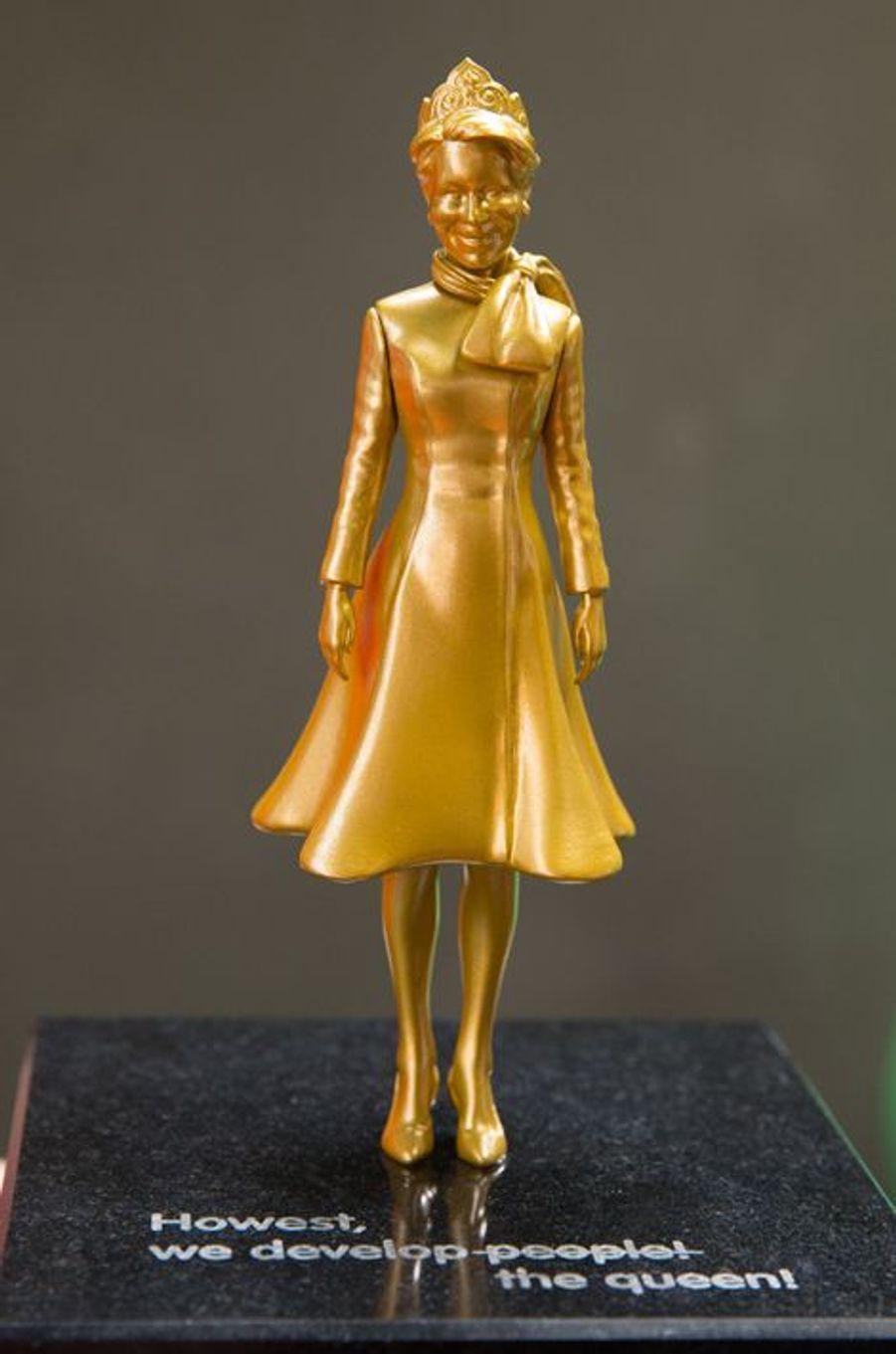 La statuette offerte à la reine Mathilde de Belgique à Courtrai, le 12 avril 2016