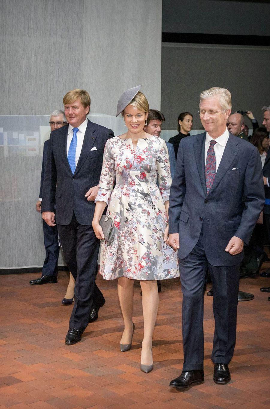 Le roi Willem-Alexander des Pays-Bas avec la reine Mathilde et le roi Philippe de Belgique à Francfort-sur-le-Main, le 18 octobre 2016