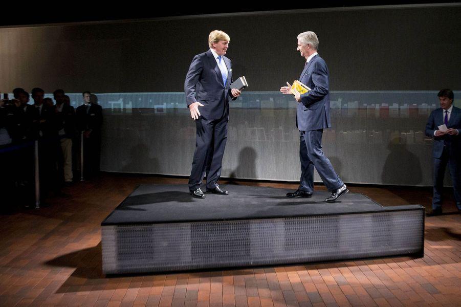 Les rois Willem-Alexander des Pays-Bas et Philippe de Belgique inaugurent le pavillon néerlandais-flamand à la Foire du livre de Francfort, le 18 octobre 2016
