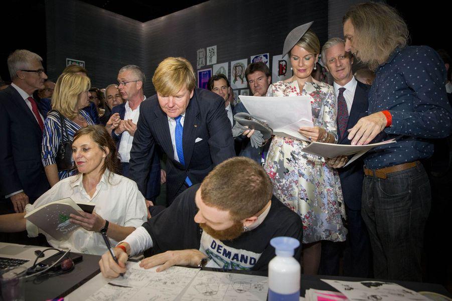 La reine des Belges Mathilde et les rois Willem-Alexander des Pays-Bas et Philippe de Belgique dans le pavillon néerlandais-flamand à la Foire du livre de Francfort, le 18 octobre 2016