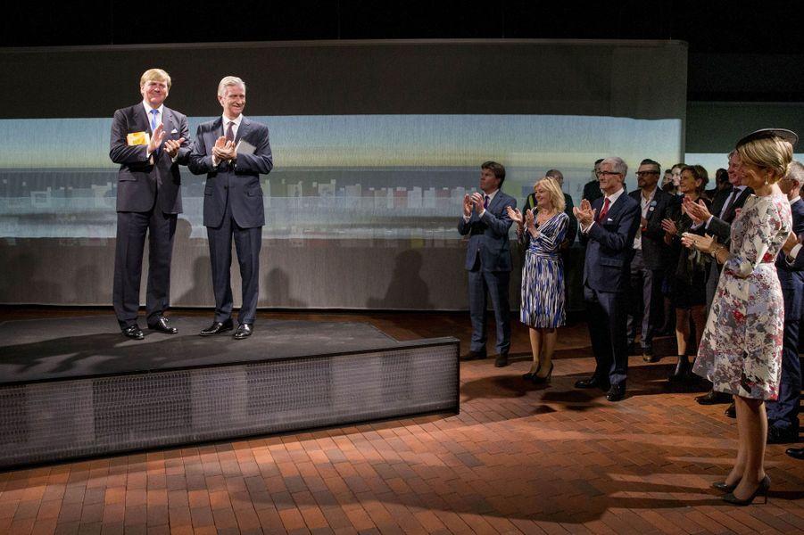 Sous l'oeil de la reine des Belges Mathilde, les rois Willem-Alexander des Pays-Bas et Philippe de Belgique inaugurent le pavillon néerlandais-flamand à la Foire du livre de Francfort, le 18 octobre 2016