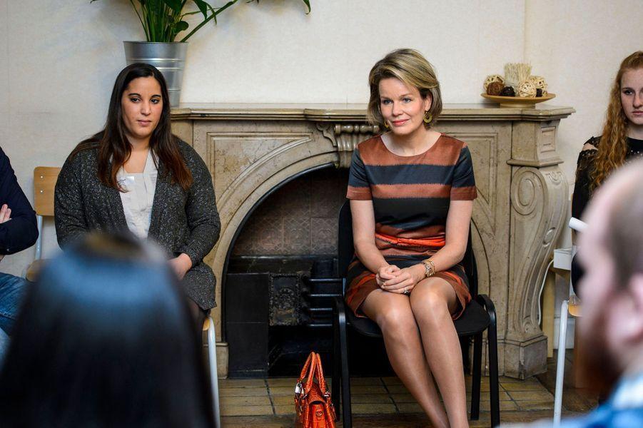 La reine Mathilde de Belgique discute avec des étudiants à la Haute école libre Mosane à Liège, le 9 février 2017