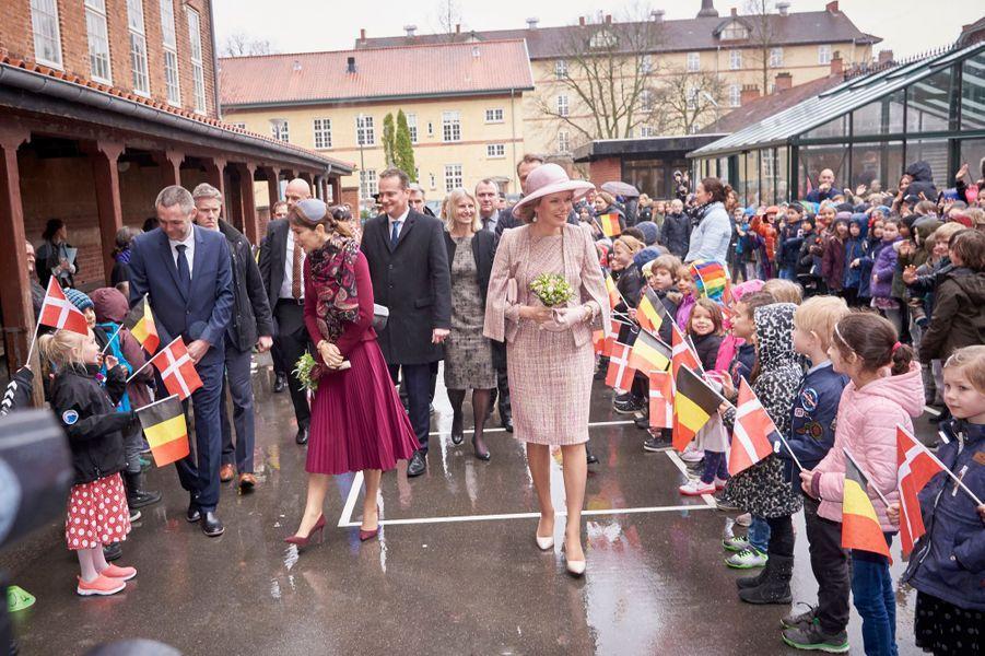 La reine Mathilde de Belgique et la princesse Mary de Danemark dans une école à Copenhague, le 29 mars 2017