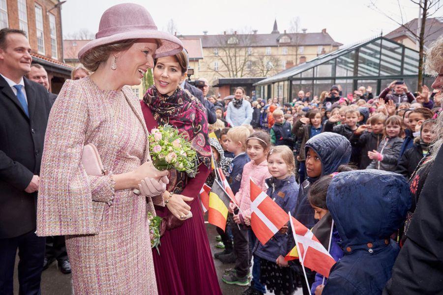 La reine Mathilde de Belgique et la princesse Mary de Danemark avec de petits écoliers danois à Copenhague, le 29 mars 2017