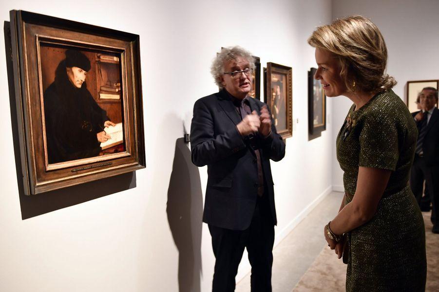 """La reine Mathilde de Belgique visite l'exposition """" A la recherche d'Utopia"""" au musée M à Louvain, le 27 octobre 2016"""
