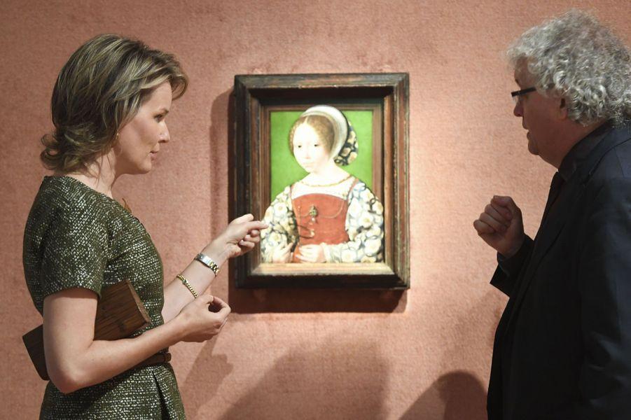 La reine Mathilde de Belgique devant le portrait d'une princesse danoise au musée M à Louvain, le 27 octobre 2016