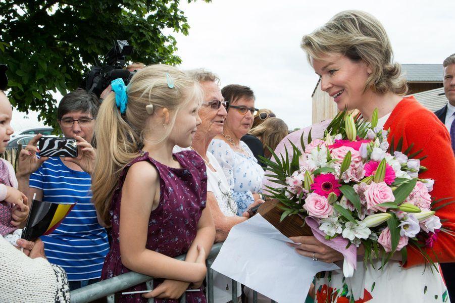 La reine des Belges Mathilde visite des fermes dans la province de Namur, le 13 juin 2017