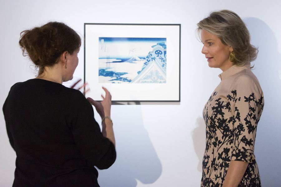 La reine Mathilde de Belgique découvre l'exposition d'estampes japonaises au musée du Cinquantenaire à Bruxelles, le 17 novembre 2016