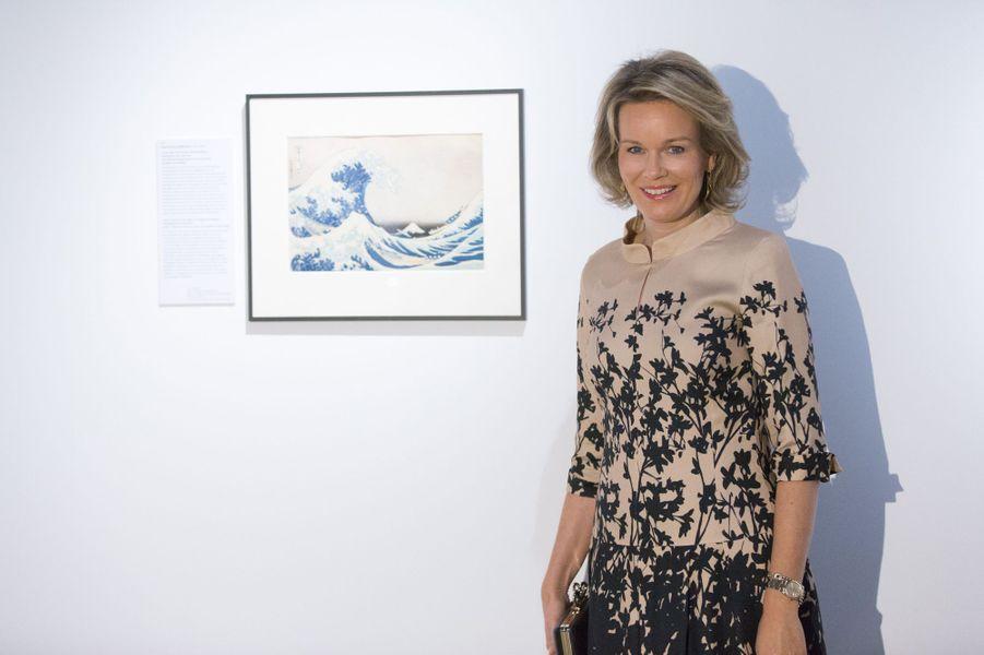 """La reine Mathilde de Belgique devant """"La Vague"""" d'Hokusai à Bruxelles, le 17 novembre 2016"""