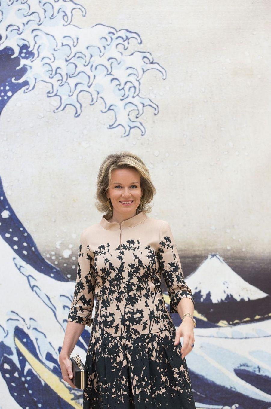 """La reine Mathilde de Belgique devant une reproduction XXL de """"La Vague"""" d'Hokusai à Bruxelles, le 17 novembre 2016"""