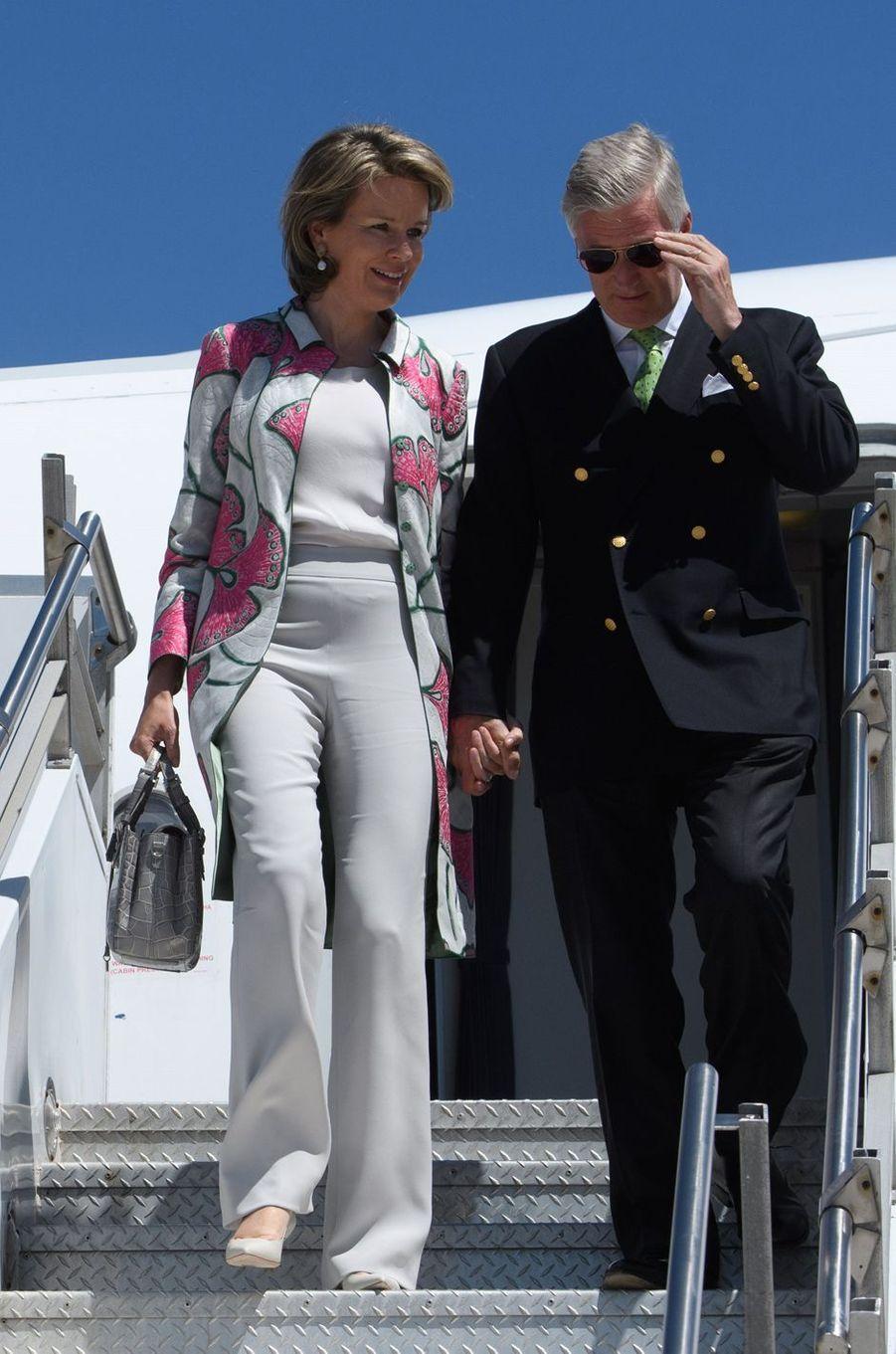 La reine Mathilde de Belgique dans un manteau Giorgio Armani à New York, le 23 avril 2018