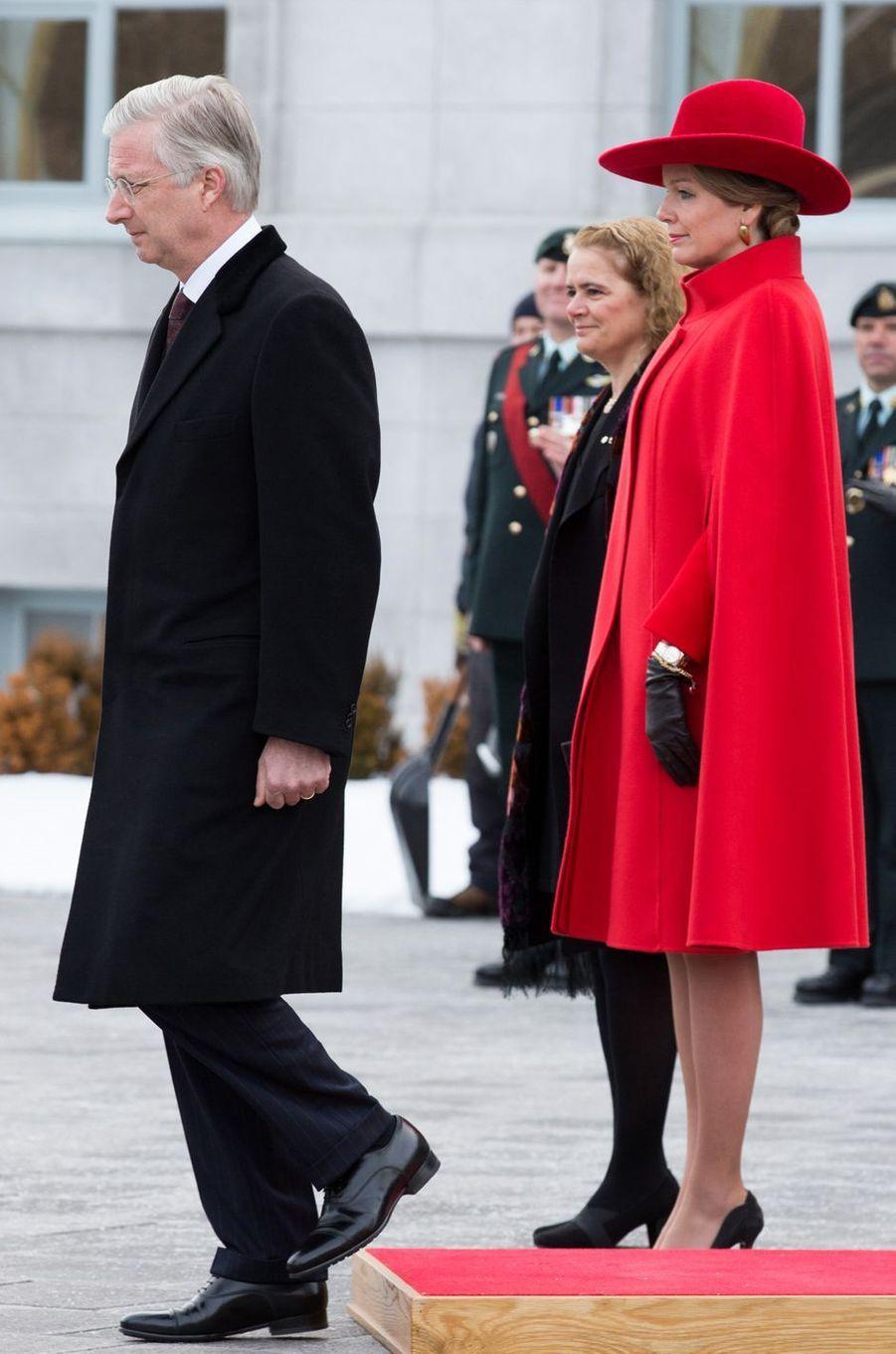 La reine des Belges Mathilde dans une cape rouge à Ottawa, le 12 mars 2018