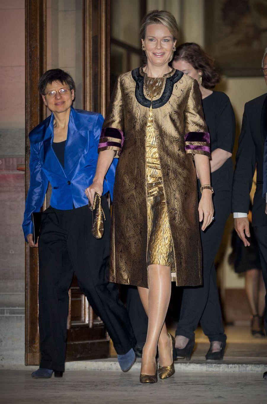 La reine Mathilde de Belgique en total look doré à Anvers, le 26 novembre 2016