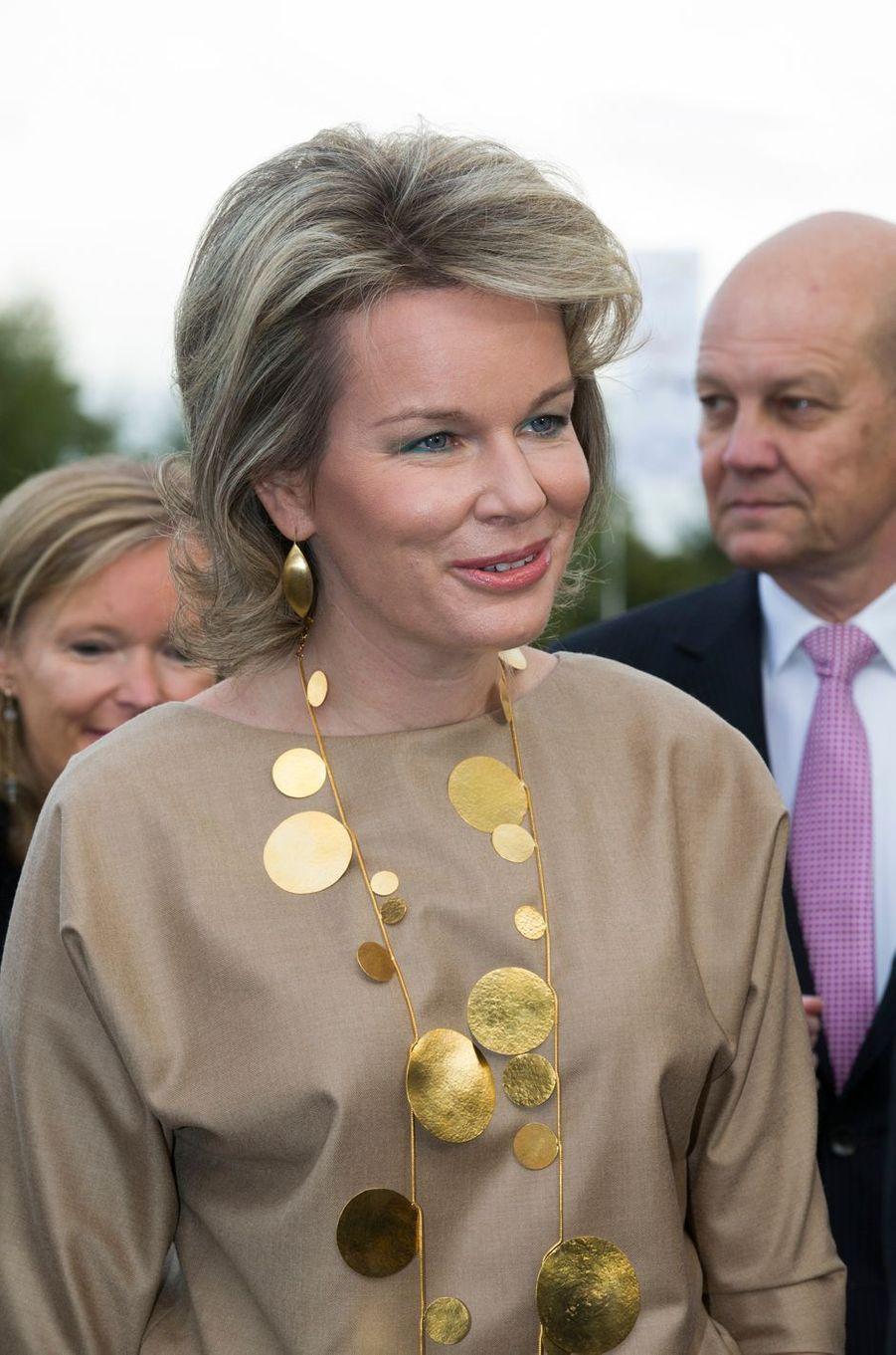 La reine Mathilde de Belgique portait un collier du designer Hervé Van der Straeten à Courtrai, le 20 octobre 2016