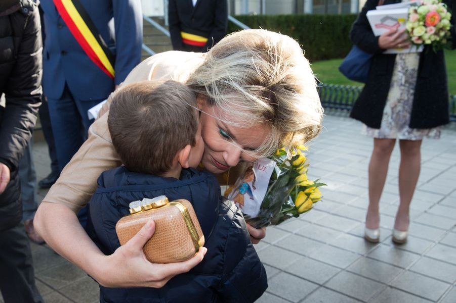 La reine Mathilde de Belgique accueillie avec des fleurs à Courtrai, le 20 octobre 2016