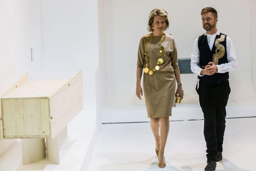 """La reine Mathilde de Belgique visite la biennale """"Intérieur"""" à Courtrai, le 20 octobre 2016"""