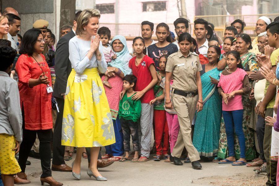 La reine Mathilde de Belgique dans le quartier de Dakshinpuri à New Delhi, le 8 novembre 2017