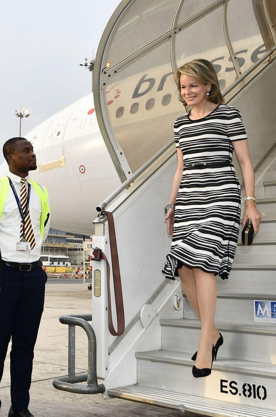 La reine des Belges Mathilde arrive au Ghana, en Giorgio Armani, le 7 février 2018