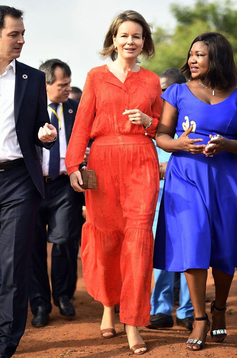 La reine des Belges Mathilde au Ghana, dans une robe Natan, le 9 février 2018