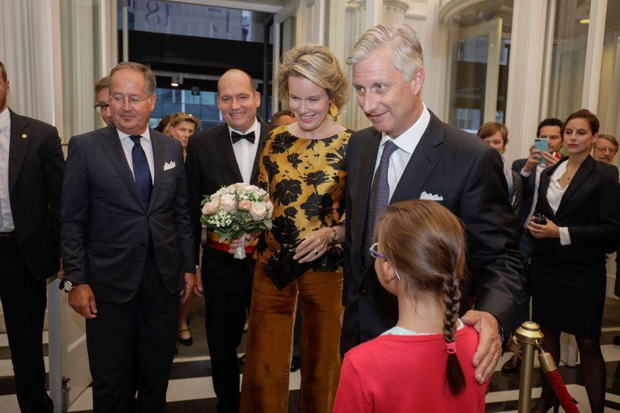 La reine Mathilde, tout d'or vêtue, et le roi des Belges Philippe à Bruxelles, le 6 septembre 2017