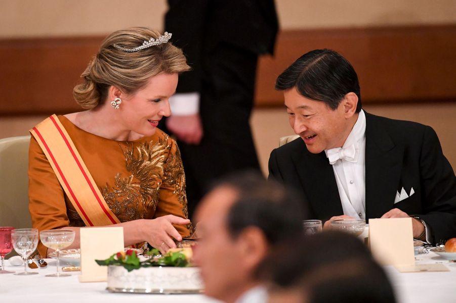 La reine Mathilde de Belgique avec le prince héritier Naruhito du Japon à Tokyo, le 11 octobre 2016