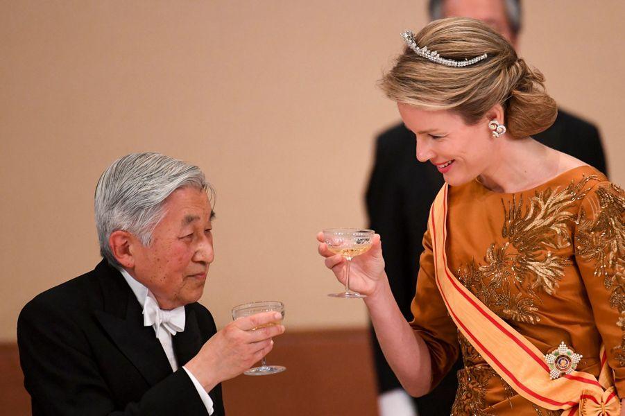 La reine Mathilde de Belgique avec l'empereur Akihito du Japon à Tokyo, le 11 octobre 2016