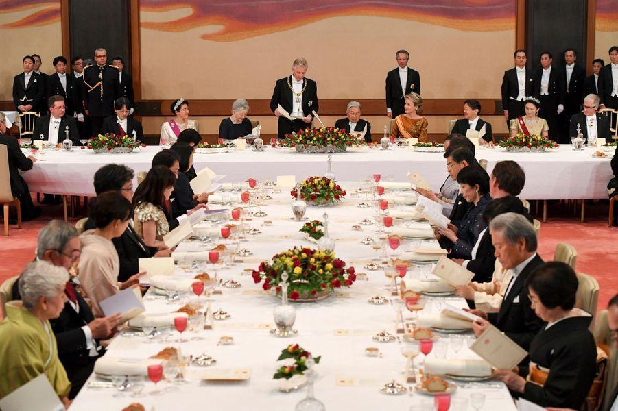 Le banquet d'Etat offert par le couple impérial du Japon au roi Philippe et à la reine Mathilde de Belgique à Tokyo, le 11 octobre 2016