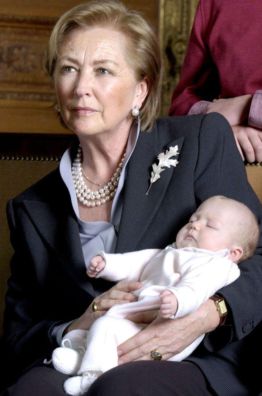 La reine des Belges Paola avec sa petite-fille la princesse Elisabeth, le 8 février 2002