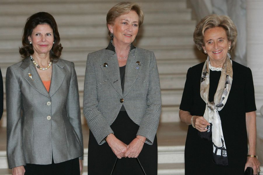 La reine des Belges Paola avec la reine Silvia de Suède et Bernadette Chirac, le 23 novembre 2004