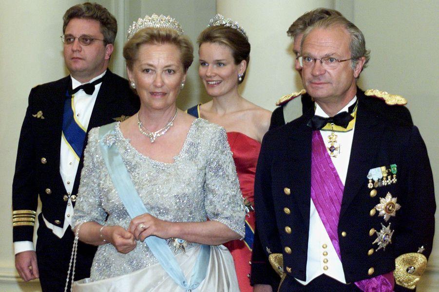 La reine des Belges Paola avec le roi Carl XVI Gustaf de Suède, la princesse Mathilde et les princes Laurent et Philippe, le 8 mai 2001