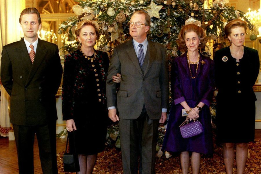 La reine des Belges Paola avec le roi Albert II, l'ex-reine Fabiola, le prince Philippe et la princesse Astrid, le 20 décembre 1996