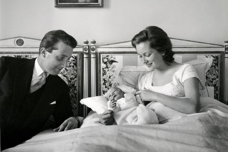 La princesse Paola de Belgique avec le prince Albert et leur fils le prince Philippe, en avril 1960