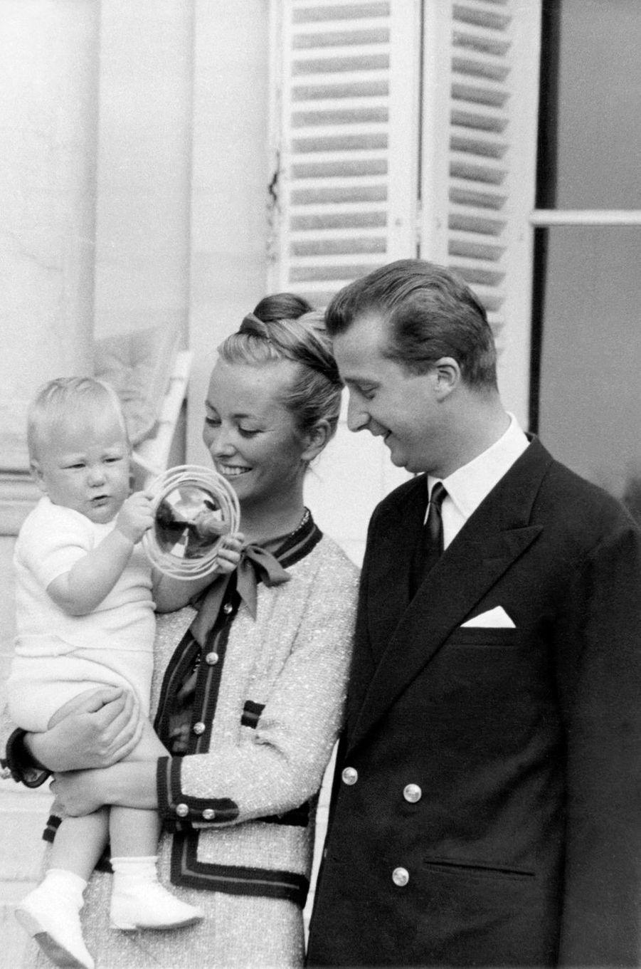 La princesse Paola de Belgique avec le prince Albert et leur fils le prince Philippe, le 15 avril 1961