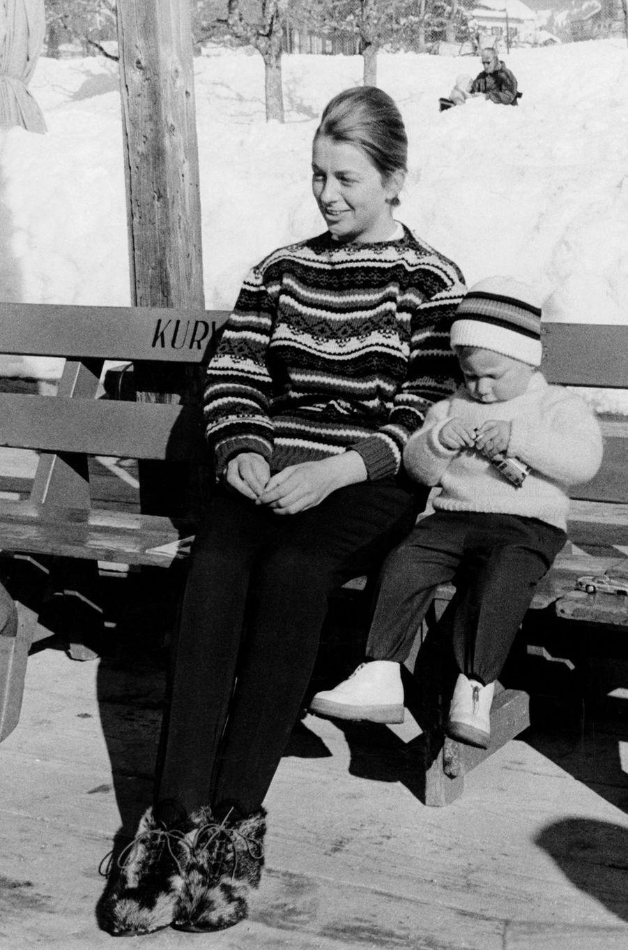 La princesse Paola de Belgique avec son fils le prince Philippe, le 25 février 1962
